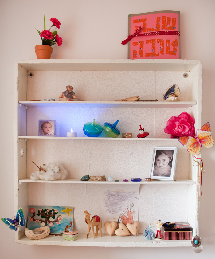 Shelf  in Alma and Nogah's bedroom in Jerusalem, featured on the Sleepykins home decor interior design series on the Babiekins Magazine blog