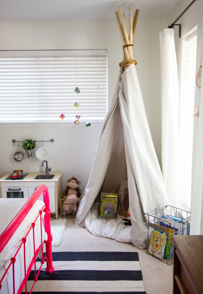 SLEEPYKINS Little girl room in black and white and hot pink - BABIEKINS MAGAZINE BLOG